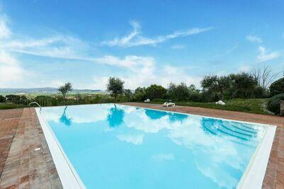 Luxueuse maison de vacances avec vue sur colline à Asciano