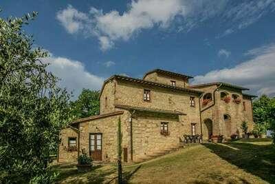 Ferme rustique à Montepulciano avec piscine