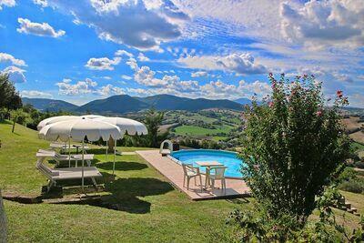 Maison de vacances tranquille à Piticchio avec jardin