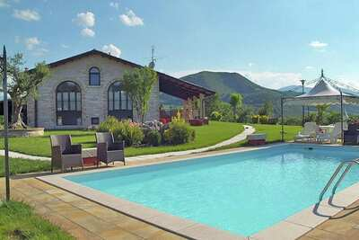 Grand Appartement de Vacances Belvedere à Cagli avec Piscine