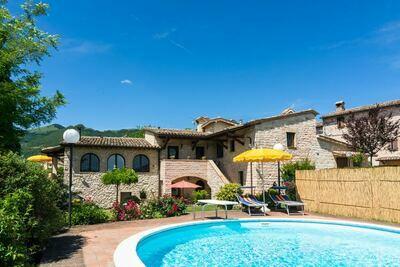 Maison de vacances spacieuse à Cagli avec jardin