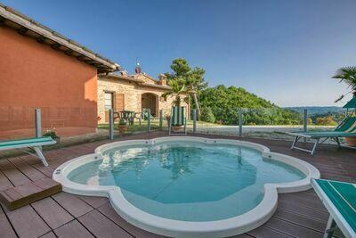 Demeure moderne à Sant'Angelo in Vado avec piscine