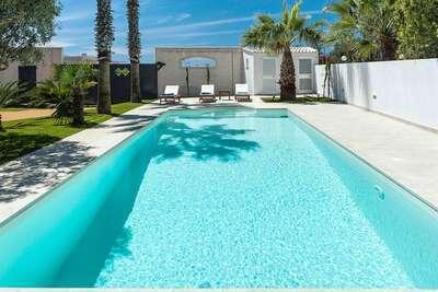 Appartement moderne dans grande villa avec piscine et jardin
