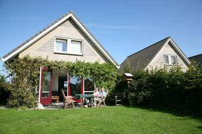 Maison avec jetée sur les eaux intérieures près d'IJsselmeer