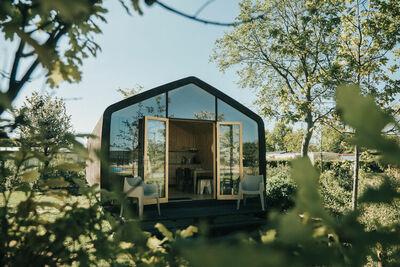 Charmante cabine en carton, dans la station d'Ouddorp