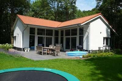 Maison de campagne moderne avec cheminée aux Bedafse Bergen