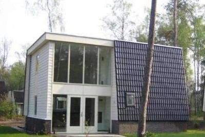 Villa avec cheminée décorative et lave-vaisselle à De Veluwe