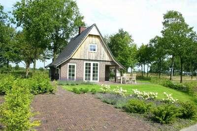 Belle maison avec un jardin dans un environnement naturel
