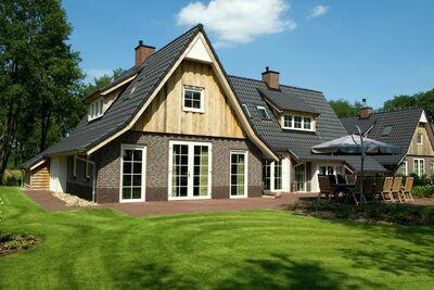 Belle maison avec cheminée décorative, en pleine nature