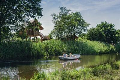 Belle cabane avec terrasse, au bord de la rivière De Regge