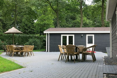 Jolie maison avec jardin, entourée d'arbres