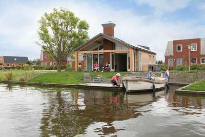 Bungalow moderne avec cheminée situé au bord de l'eau