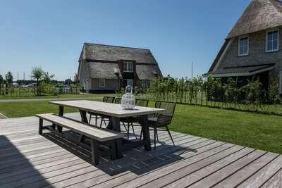 Belle villa au toit de chaume avec terrasse au Tjeukemeer