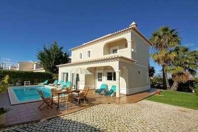 Villa élégante avec piscine et jardin à Carvoeiro, Algarve