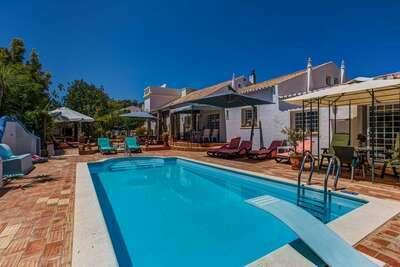 Maison de vacances spacieuse à Portimão, jardin clôturé