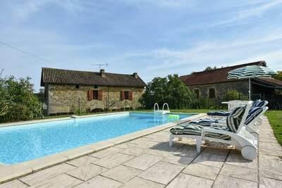 Maison périgourdine en pierre avec piscine privée, près de sites touristiques.
