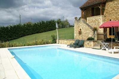Gite située dans une zone boisée et calme, avec jardin et piscine privée.