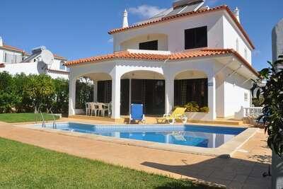 Spacieuse villa de quatre chambres avec piscine privée