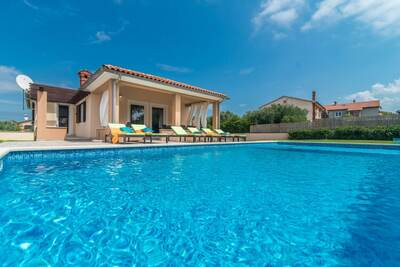 Villa individuelle avec piscine privée dans le sud de l'Istrie, centre à quelques minutes à pied