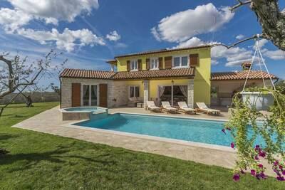 Villa Gardenia avec piscine, jacuzzi et jardin privé, offrant tranquillité et intimité