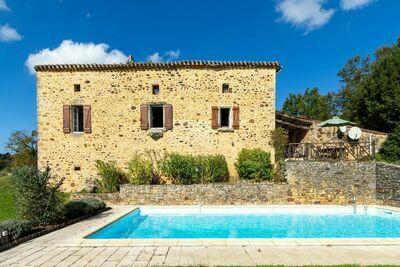 Charmante demeure dans une zone boisée très tranquille, avec piscine privée