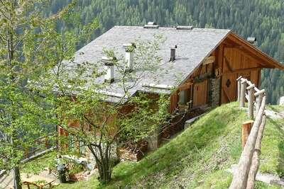 Maison panoramique au calme sur le flanc d'une colline