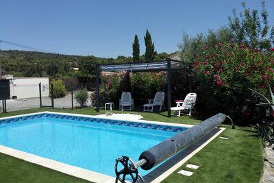Charmante villa avec piscine privée à Azillanet