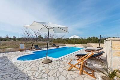 Gîte paisible avec piscine à Benkovac