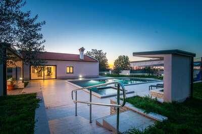 Villa individuelle avec piscine privée, terrasse couverte et équipement de jeu