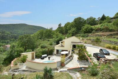Villa spacieuse avec piscine privée à Molières-sur-Cèze