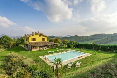 Villa de style à Piandimeleto avec piscine