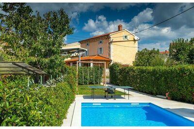 Charmante villa avec piscine et jardin privé, située à seulement 10 min en voiture de la mer