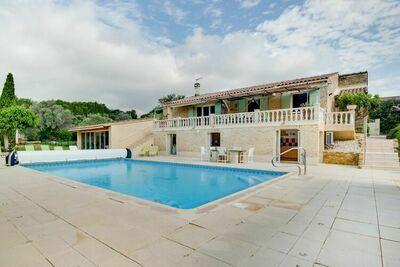 Grande maison de vacances avec piscine privée, située à Lagarde-Paréol
