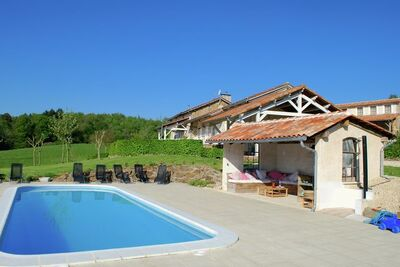 Belle maison spacieuse sur une belle propriété avec une piscine chauffée.