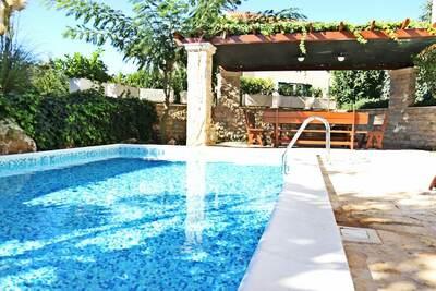 Maison de vacances pittoresque à Brač avec piscine