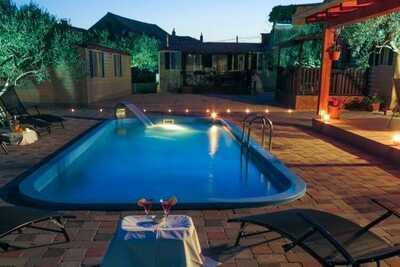 Maison de vacances captivante à Pakoštane avec piscine