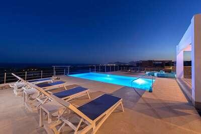 Belle villa de luxe avec piscine à débordement, cuisine extérieure et vue mer