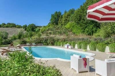 Maison de vacances à Belforte all'Isauro avec piscine