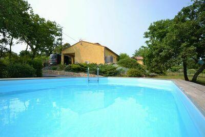 Maison de vacances captivante à Largentière avec piscine