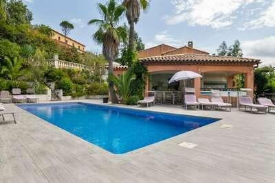 Maison de vacances attrayante aux Adrets de l'Esterel avec piscine