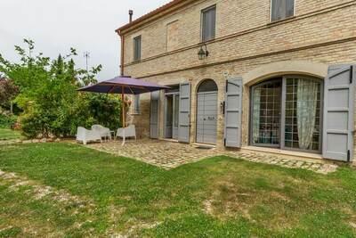 Séduisante Villa à Ostra avec Piscine