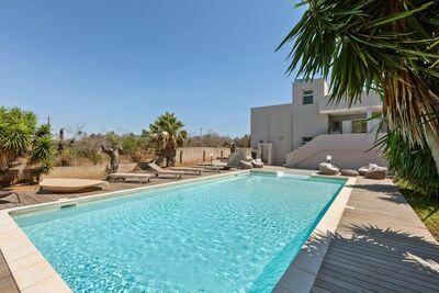 Spacieuse villa avec piscine à Torre San Giovanni