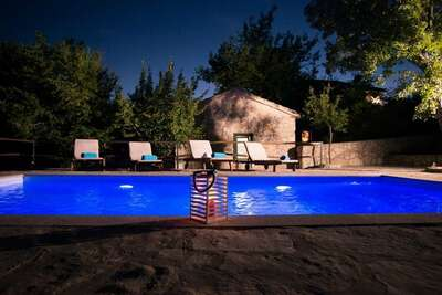 Villa traditionnelle en pierre avec piscine privée et intimité totale