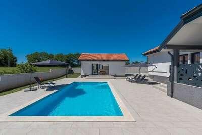Villa moderne avec piscine privée et cuisine d'été dans le centre de l'Istrie