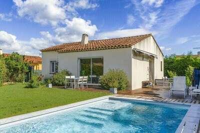 Belle maison de vacances à La Roque d'Anthéron avec piscine