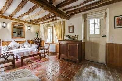 Maison de vacances dans un parc à Raizeux avec terrasse et terrain de tennis