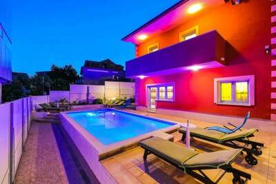 Maison de vacances minimaliste avec piscine à Okrug Gornji