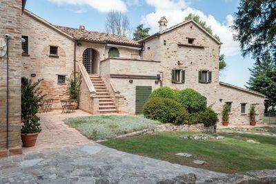 Gracieuse maison de vacances à Mombaroccio avec jardin privé