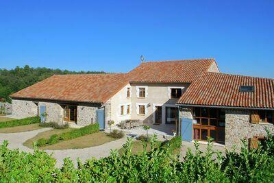 Séjour cosy à Roussines avec terrasse privée