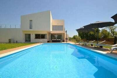 Maison de campagne de construction récente un style minimaliste, piscine privée